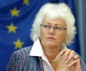 """Raportul va fi discutat la reuniunea Consiliului de Agricultura din decembrie.  """"Fermierii europeni, mai ales in actualul climat economic, nu trebuie tinuti in loc cu reguli inutil de complicate si birocratie. Raportul dovedeste ca sustinem acest mod de abordare. Nu suntem pentru simplificare doar din gura. Avem in vedere actiuni concrete"""", a declarat comisarul european pentru agricultura si dezvoltare rurala, Mariann Fischer Boel.  O parte din propunerile CE au fost deja incluse in normele revizuite privind platile directe care se vor pune in aplicare de la 1 ianuarie 2010.  Documentul de lucru al Comisiei prezinta si o serie de initiative suplimentare de simplificare, ce vizeaza realizarea unor programe mai suple de promovare a produselor agricole, posibila eliminare a normelor cu privire la etichetarea facultativa a carnii de vita si manzat, precum si posibilitatea armonizarii termenelor de plata ale unor masuri de dezvoltare rurala cu cele ale platilor directe.  Comisia lucreaza la simplificarea politicii agricole comune inca de la prima comunicare publicata pe aceasta tema in 2005.  Aceasta activitate se integreaza in strategia globala pentru o mai buna legiferare care urmareste, printre altele, reducerea cu 25% a sarcinilor administrative pana in 2012."""